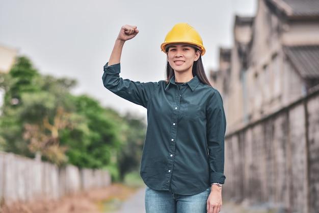 Mulher asiática com capacete