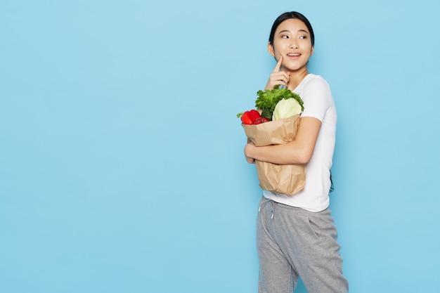 Mulher asiática com comida saudável