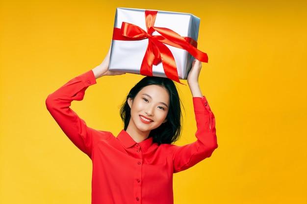 Mulher asiática com enorme caixa de presente