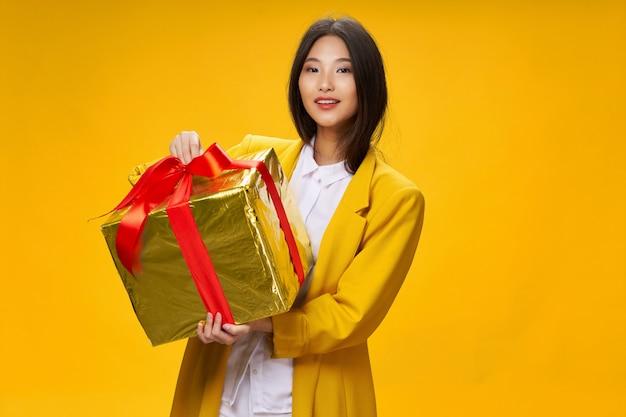 Mulher asiática com enorme presente de natal