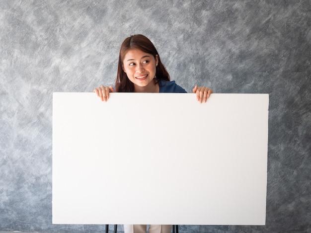 Mulher asiática com espaço de cópia de bandeira branca