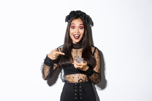 Mulher asiática com fantasia de halloween posando
