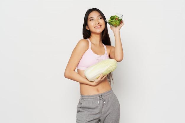 Mulher asiática com legumes