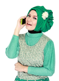 Mulher asiática com lenço na cabeça chamando pelo celular