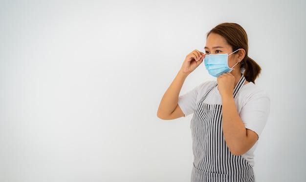 Mulher asiática com máscara facial foto do estúdio