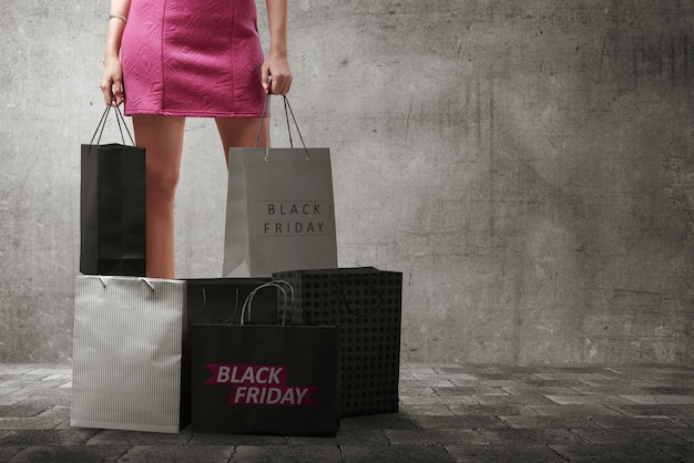 Mulher asiática com muitos sacos de compras