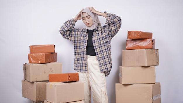 Mulher asiática com problemas para vender produtos online isolado.