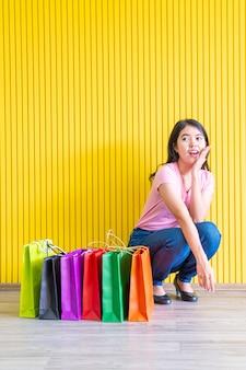 Mulher asiática com sacolas de compras