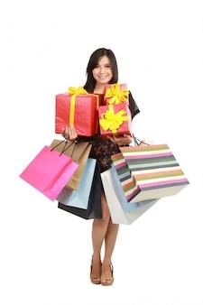 Mulher asiática com sacos de compras e caixa