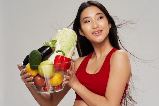 Mulher asiática com salada
