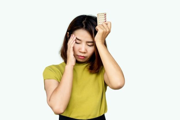Mulher asiática com tontura por causa das pílulas anticoncepcionais