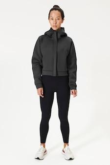 Mulher asiática com uma jaqueta esportiva preta
