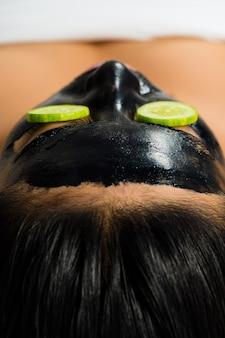 Mulher asiática com uma máscara facial