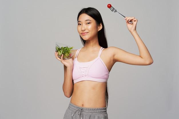 Mulher asiática com uma salada