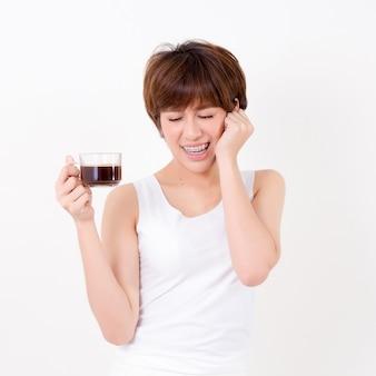 Mulher asiática com uma xícara de café quente. conceito para saudável.