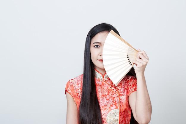 Mulher asiática com vestido vermelho no ano novo chinês