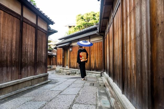 Mulher asiática com yukata andando em kyoto, japão