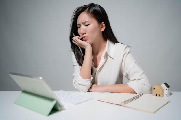 Mulher asiática começa para negócios online. pessoas com empreendedor de pme de compras online ou conceito de trabalho freelance. tamanho do banner