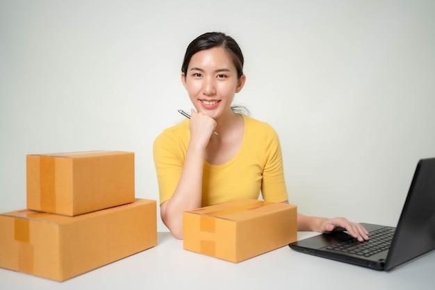Mulher asiática começa um negócio online
