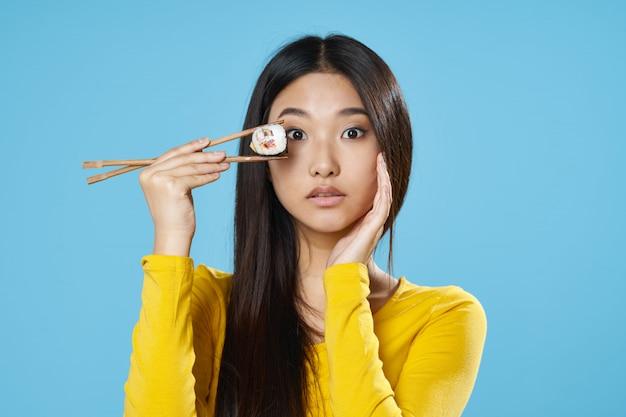 Mulher asiática, comer sushi