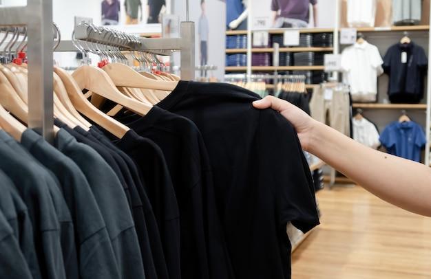 Mulher asiática comprar roupas em shoppings asiáticos.