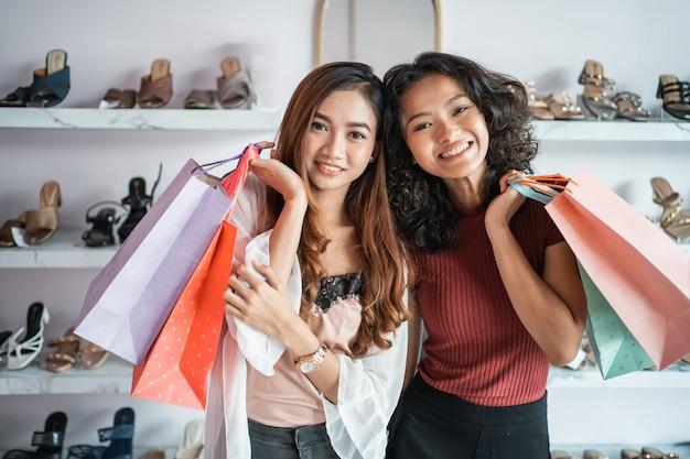 Mulher asiática, compras com amigo