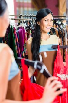 Mulher asiática, compras na loja de moda