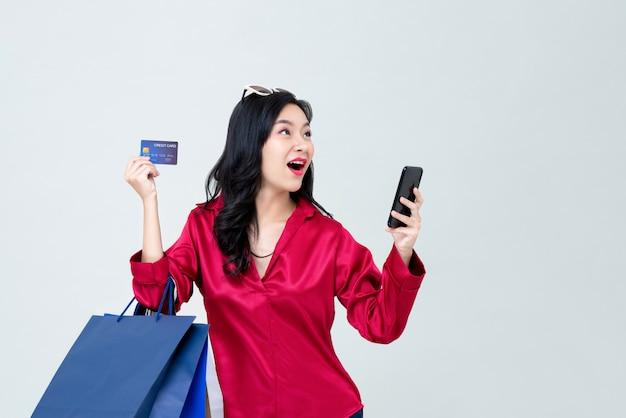 Mulher asiática, compras on-line e pagar com cartão de crédito