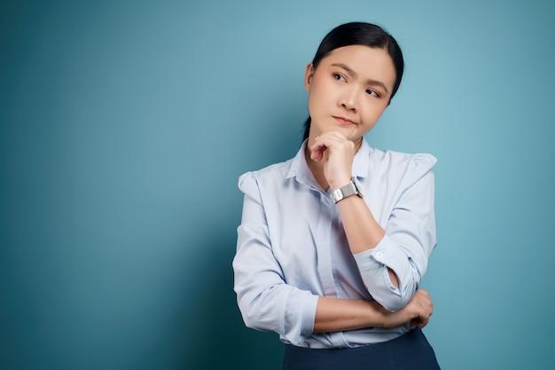 Mulher asiática confusa com espaço de cópia. isolado em.