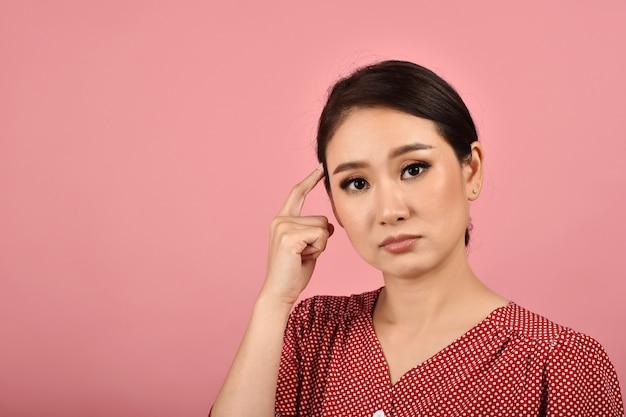 Mulher asiática confusa e tonta pensativa