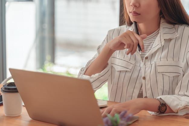 Mulher asiática contador trabalhando no escritório de turismo e bebendo um conceito de trabalho coffee.asian mulher.