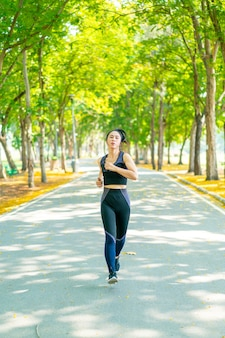 Mulher asiática correndo e correndo no parque