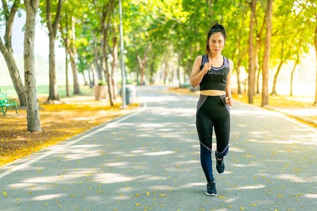 Mulher asiática correndo e correndo