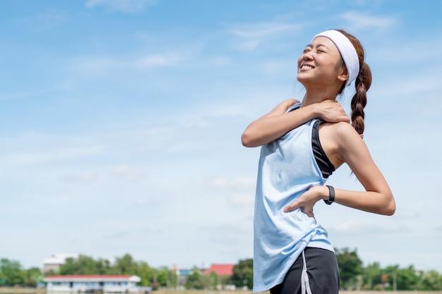 Mulher asiática correndo pela manhã.
