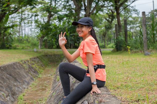 Mulher asiática correr malhar. corredor descansando cansado e exausto após a corrida