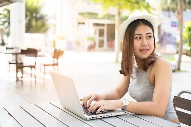 Mulher asiática de belas women.beautiful jovem trabalhando com laptop