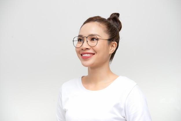 Mulher asiática de beleza jovem com conceito de cuidado de pele saudável.