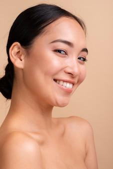 Mulher asiática de close-up com sorriso largo