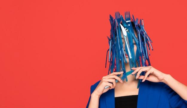 Mulher asiática de frente sendo coberta de plástico com espaço de cópia