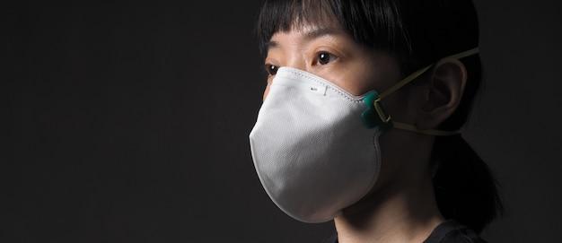 Mulher asiática de meia idade usando máscara médica n95