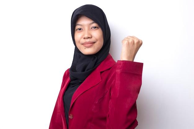 Mulher asiática de negócios bonita com retrato de hijab no espaço em branco