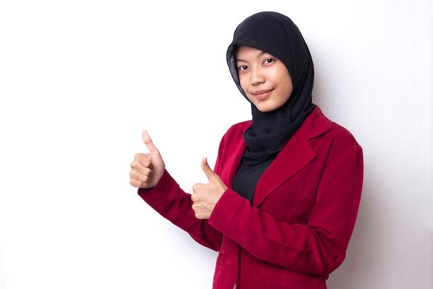 Mulher asiática de negócios feliz com hijab, assine ok, sorrindo, no espaço em branco