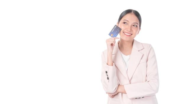 Mulher asiática de negócios mostrando cartão de crédito para pagamento, compras online, pagamento com cartão de crédito, compras online, conceito de telemarketing de comércio eletrônico
