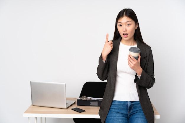 Mulher asiática de negócios no local de trabalho