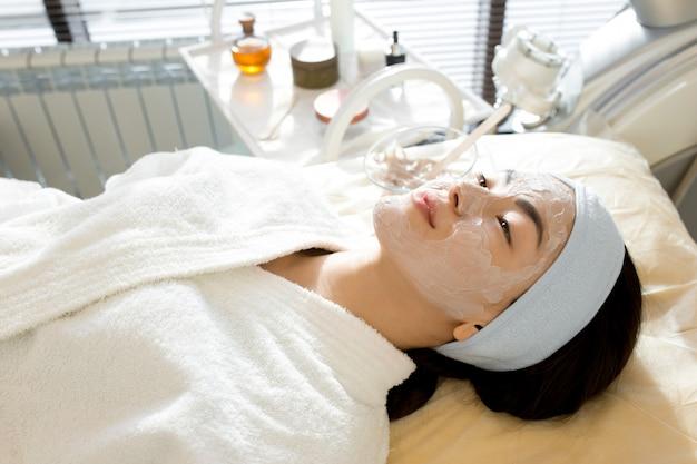 Mulher asiática, desfrutando de tratamento de spa