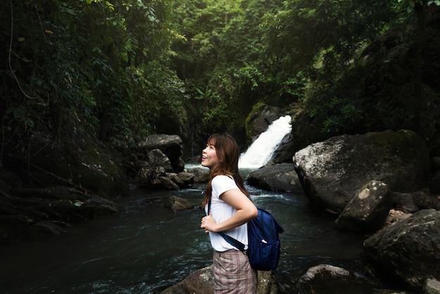 Mulher asiática, desfrutando de uma viagem ao ar livre