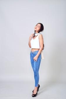 Mulher asiática, desgastar, fones