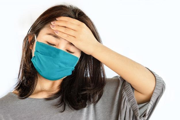 Mulher asiática, desgastar, máscara, sofrendo dor de cabeça, gripe