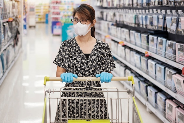 Mulher asiática, desgastar, um, máscara protetora, e, luvas