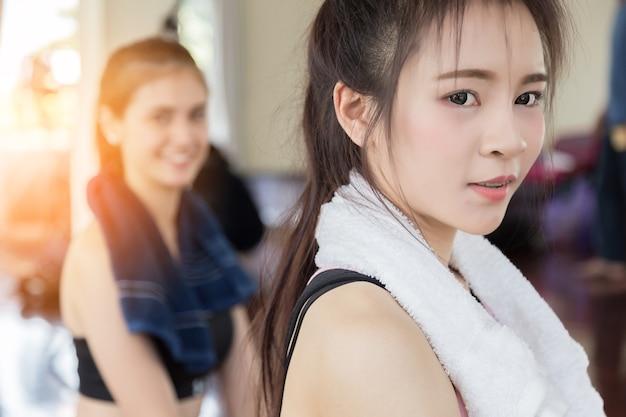 Mulher asiática do esporte na roupa de exercício